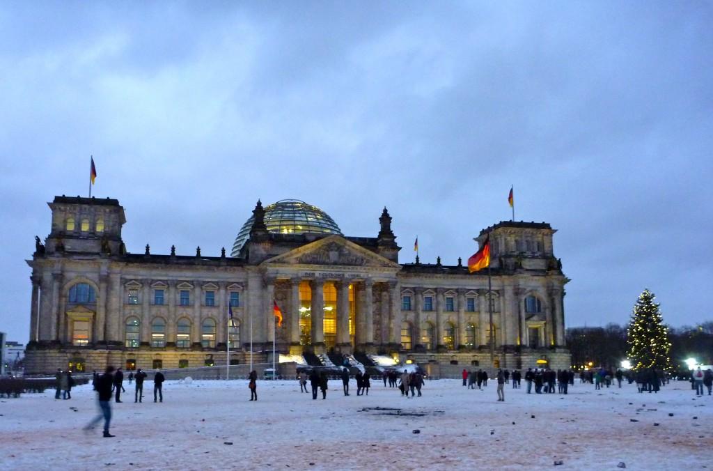 Le Reichstag le lendemain du nouvel an. Non, ce n'est pas du sang sur la neige, mais de la poudre de feu d'artifice.