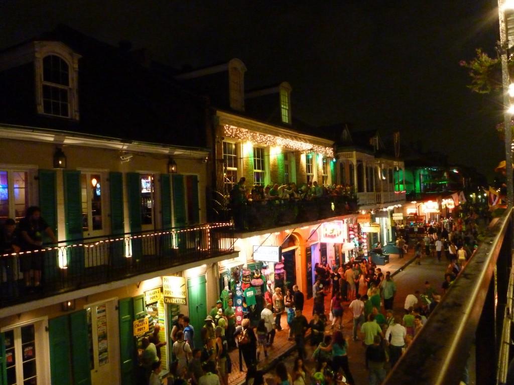 Bourbon Street en début de soirée, le soir de la Saint Patrick